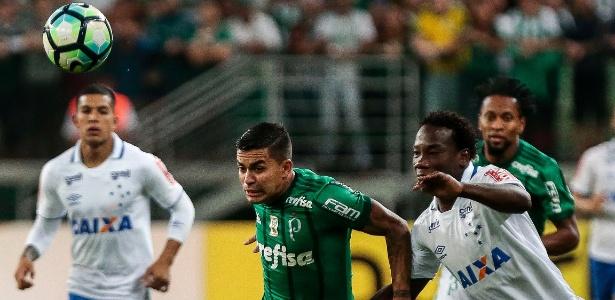 Kunty Caicedo (à direita) deixou o Cruzeiro por doença da mãe e possível devalorização