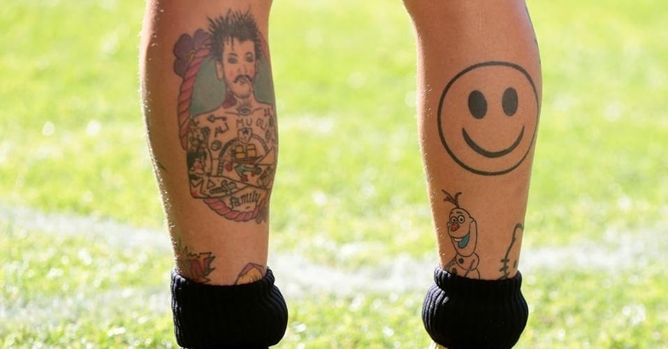 """14. ALESSANDRO DIAMANTI - """"Seja feliz"""" é o significado desta tatuagem do Smile feita na perna do jogador italiano, segundo ele próprio"""
