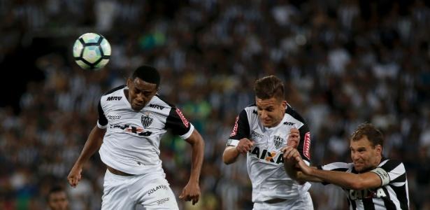 Elias fica no banco do Atlético contra o Coritiba e Rafael Moura aparece como titular