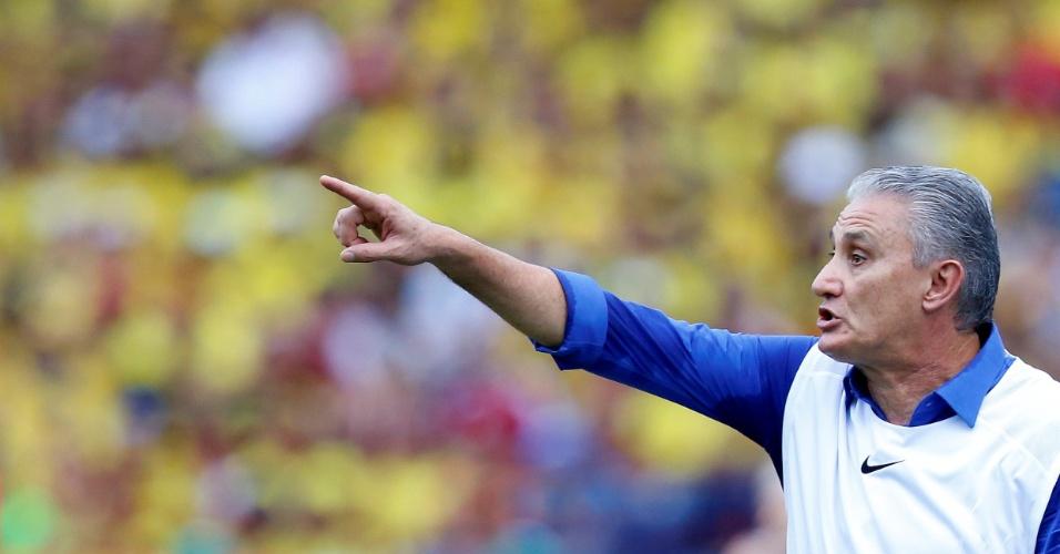 O técnico Tite passa instruções ao Brasil contra a Colômbia pelas Eliminatórias