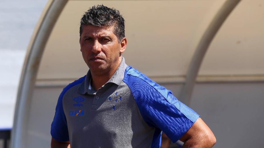 Sidnei Lobo, auxiliar técnico do Cruzeiro, explica ideia de Mano Menezes - © Roberto Custódio/Light Press/Cruzeiro