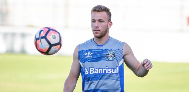 Arthur, volante do Grêmio, em treinamento com bola no CT do clube gaúcho