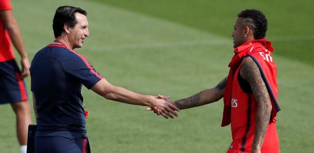 Neymar cumprimenta Unai Emery durante treino do PSG