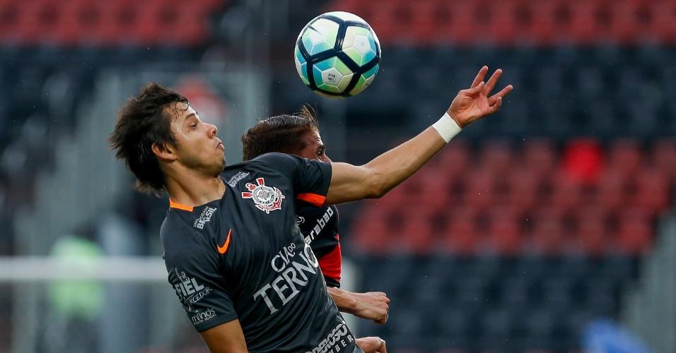 Romero, do Corinthians, disputa a bola com Cuellar, do Flamengo