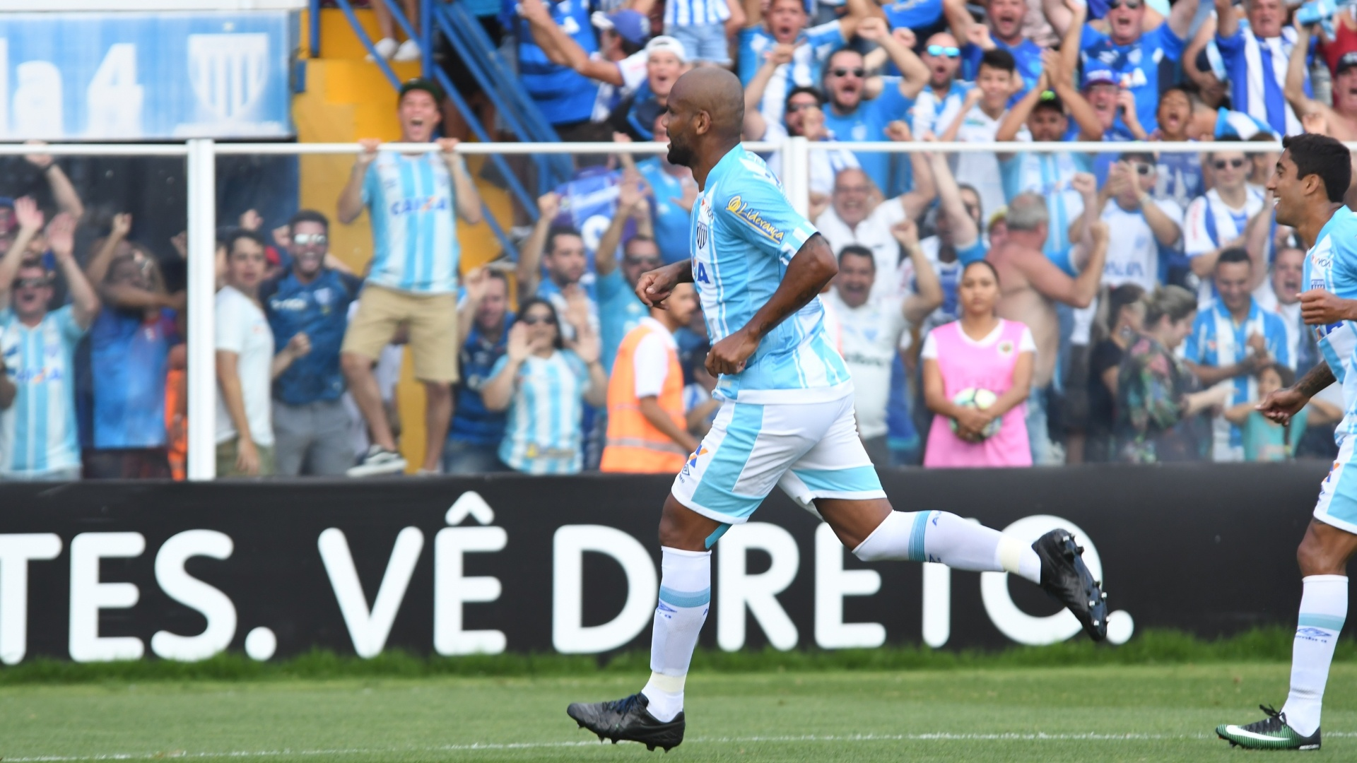Maicon comemora gol do Avaí contra o Atlético-PR