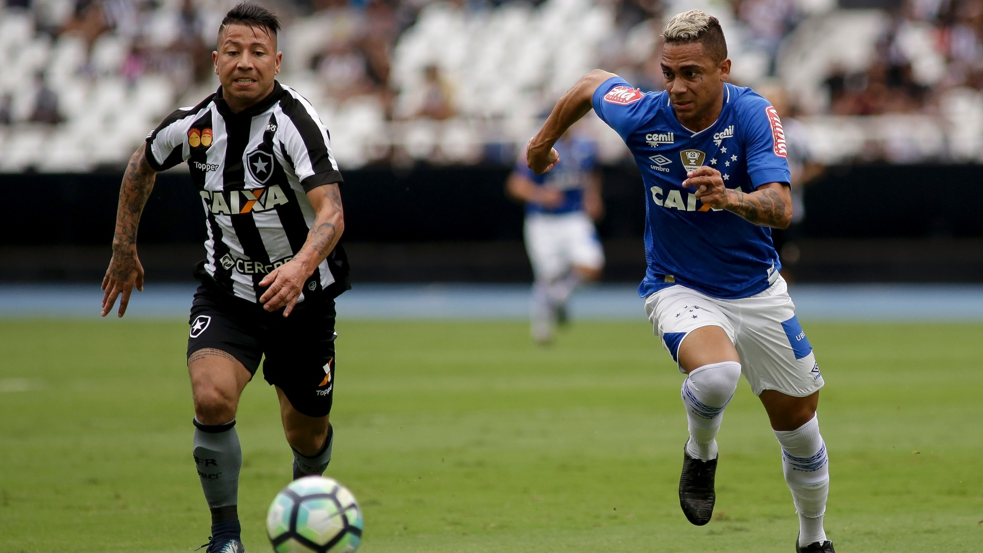 Leonardo Valencia, do Botafogo, disputa bola com Bryan, do Cruzeiro