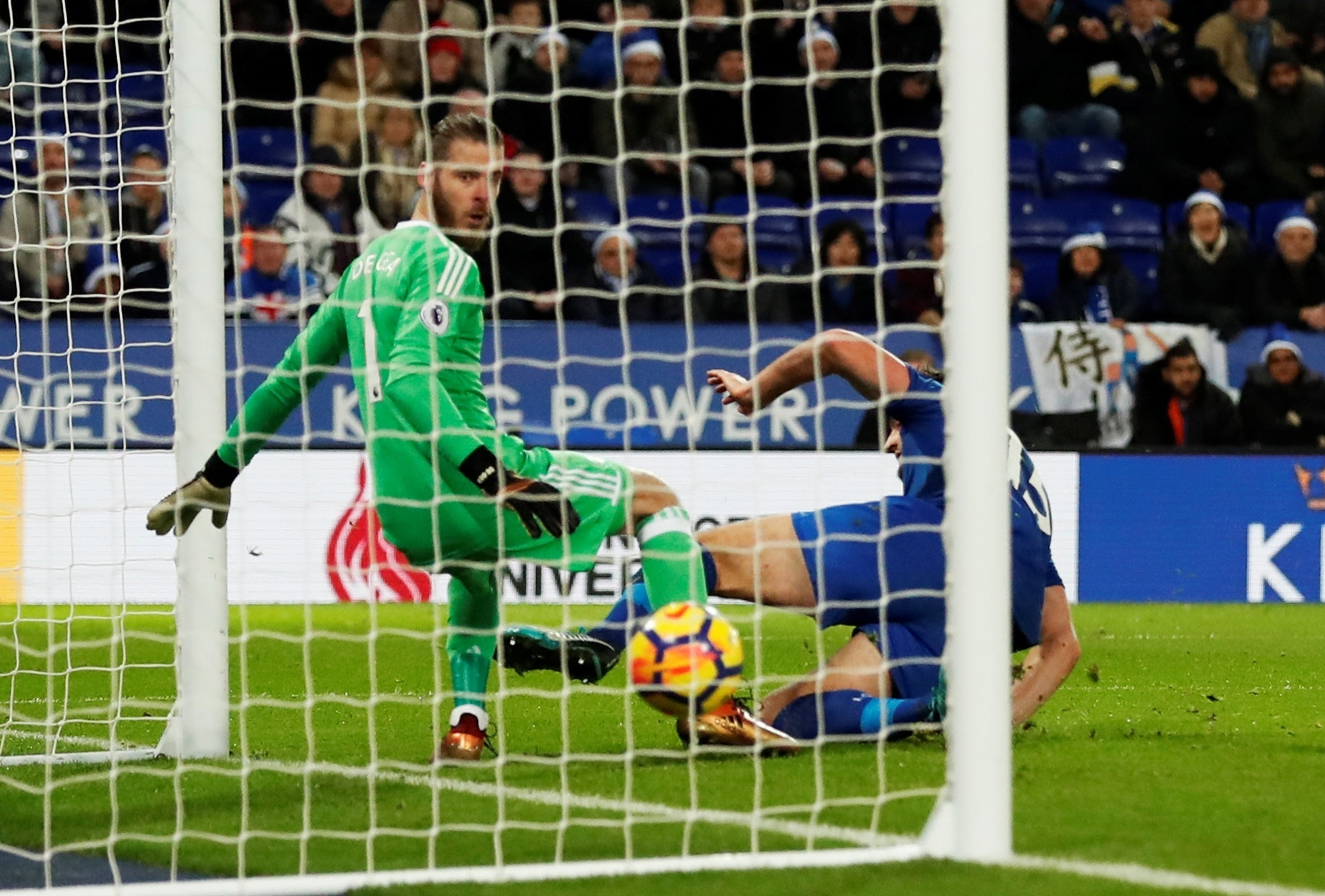 Maguire, do Leicester, finalizou no gol do United no último lance do jogo, empatando o jogo