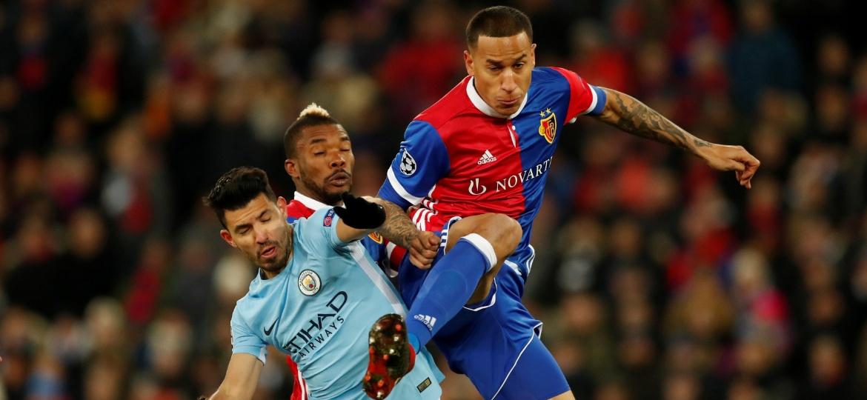 Leo Lacroix em ação no duelo entre Basel e Manchester City pela Liga dos Campeões - Andrew Boyers/Reuters