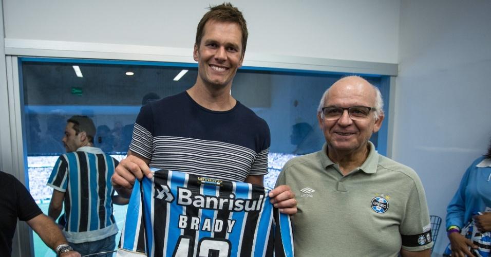 Tom Brady, astro da NFL e marido de Gisele Bundchen, vai ao Gre-Nal e recebe camisa do Grêmio