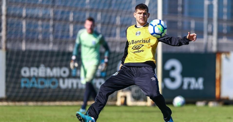 Zagueiro argentino Walter Kannemann tenta lance durante treino do Grêmio