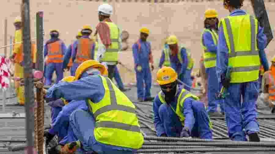 Funcionários trabalham nas obras para a Copa do Mundo de 2022 - Divulgação/COL