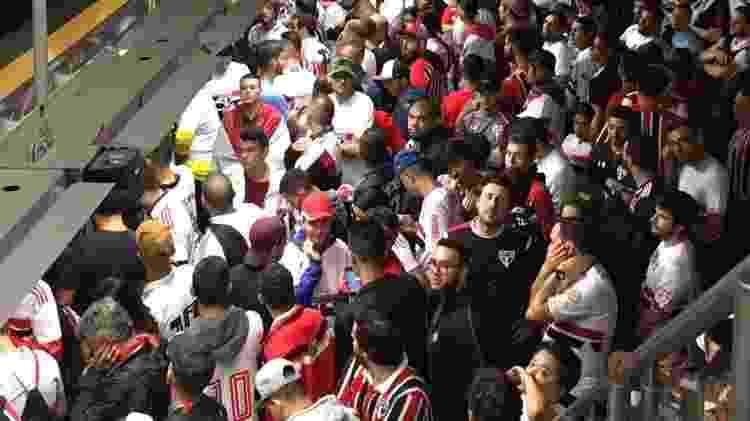 Torcedores do São Paulo esperam trem na plataforma do metrô - Renata Mendonça/UOL - Renata Mendonça/UOL