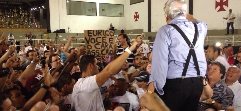 Aliados de Eurico Miranda (acima, de azul) comemoram vitória do cartola em eleição de 2014. Hoje, grupo briga pela herança política do dirigente que morreu na terça (12) - Bruno Braz/UOL