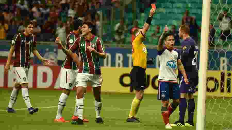 Arbitragem brasileira resolveu cumprir a regra que pune goleiro que se adianta para defender pênalti, com expulsão de Agenor, do Fluminense - Malcon Robert/AGIF