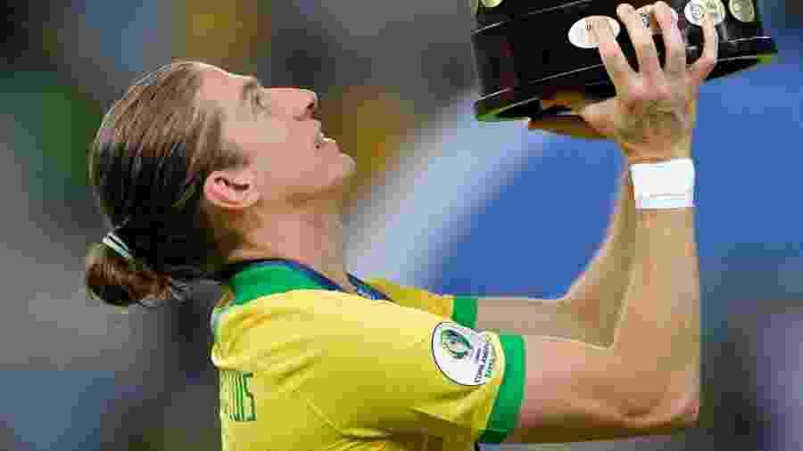Filipe Luis levanta taça da Copa América após a conquista com a seleção brasileira no Maracanã - Raul Arboleda/AFP