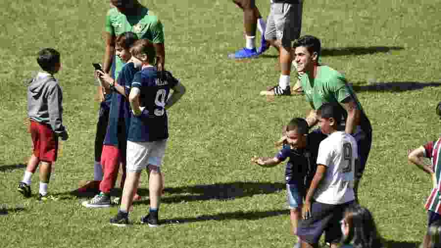 Pedro recebeu o carinho dos jovens tricolores, mas também ouvir recado dos torcedores nas Laranjeiras - Mailson Santana / Flickr do Fluminense