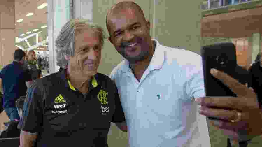 Jorge Jesus durante desembarque do Flamengo: conexão com o torcedor - Alexandre Vidal/Flamengo