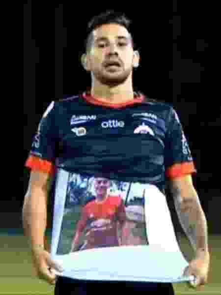 Jhonathan Agudelo, do Cúcuta, comemora gol diante do Rionegro Águilas mostrando camiseta com a foto do irmão, Jorge Iván, que foi assassinado - Reprodução