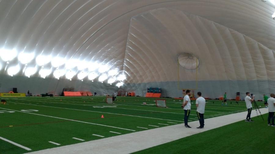 Seleção treina em campo coberto de futebol americano para fugir da chuva - UOL