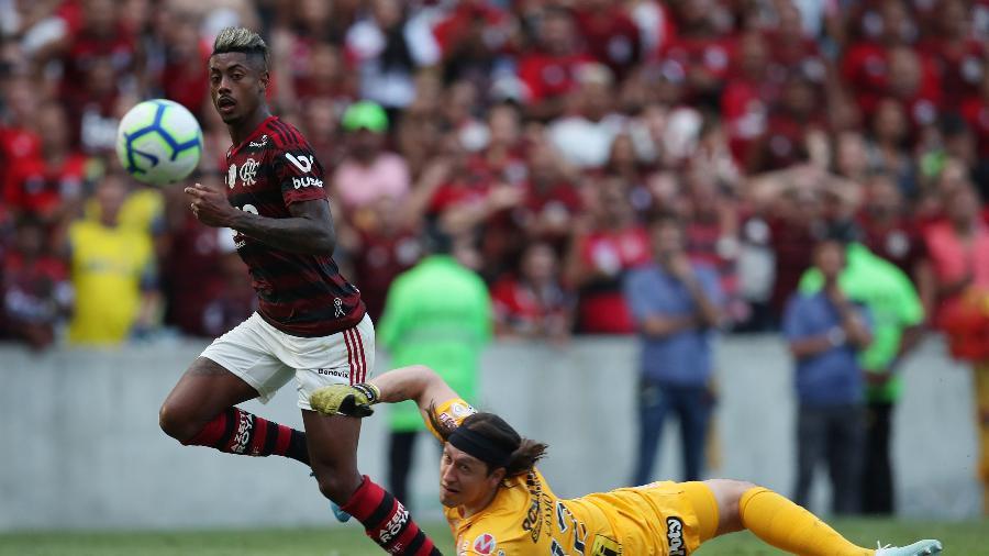 Bruno Henrique toca por cima de Cássio para marcar o segundo gol flamenguista - Ricardo Moraes/Reuters