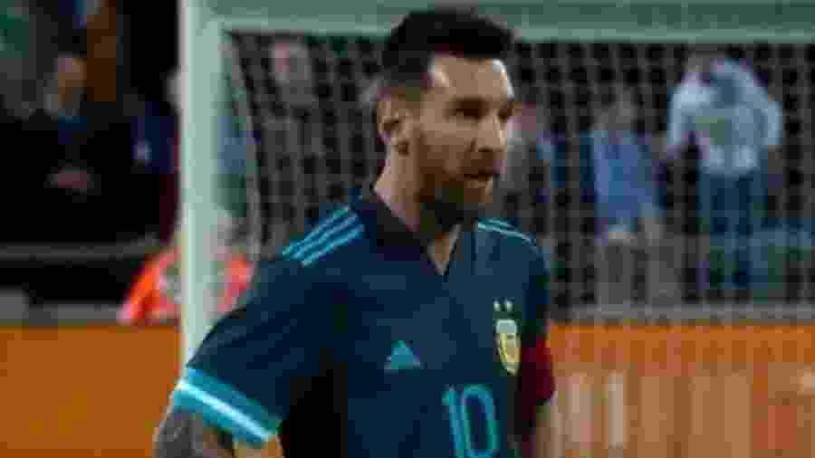 """Lionel Messi não se intimidou com Cavani e """"aceitou o convite"""" para brigar - Reprodução/Twitter"""