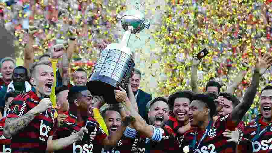 Jogadores do Flamengo erguem taça da Libertadores - Daniel Apuy/Getty Images