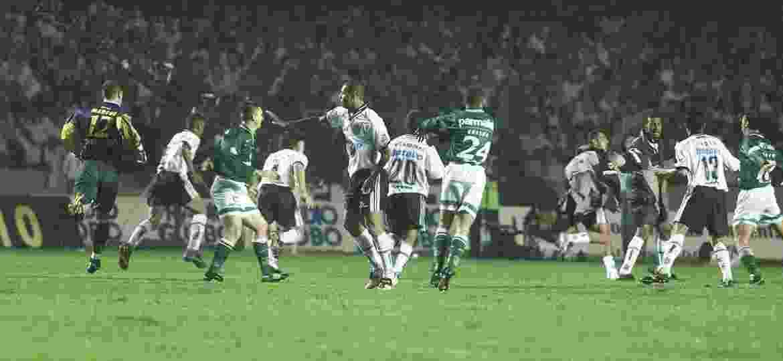 Final do Paulistão-1999 entre Corinthians e Palmeiras teve briga generalizada em campo - Paulo Giandalia/Folhapress