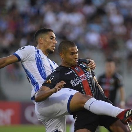 Jogadores disputam bola durante jogo entre Cerro Largo e Palestino - Divulgação/Conmebol