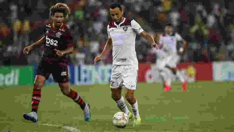 Nenê (dir.) conduz a bola durante o Fla-Flu da semi da Taça Guanabara - Lucas Merçon/Fluminense FC