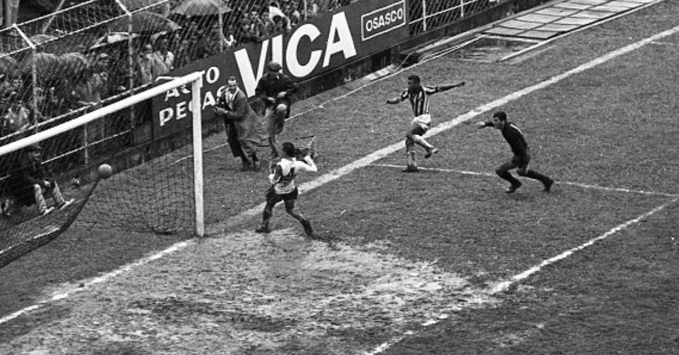 Gol número 8 de Pelé na goleada do Santos de 11 a 0 sobre Botafogo-SP em 21/11/64
