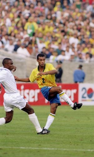 Lateral Zé Maria em jogo pela seleção brasileira contra Honduras, de 1996