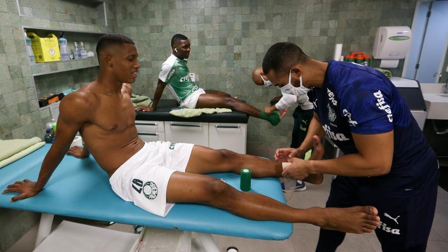 Danilo e Patrick de Paula durante aquecimento antes de jogo do Palmeiras - Cesar Greco