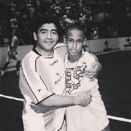 Neymar publicou foto abraçado com Maradona - Reprodução/Instagram