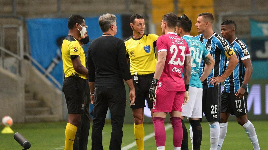 Grêmio x Guaraní teve início atrasado por conta de confusão com os uniformes - Getty Images