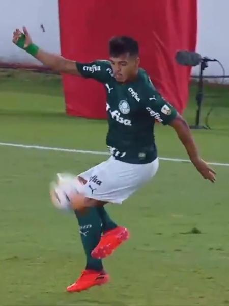 Gabriel Menino, durante o jogo entre River Plate e Palmeiras - Reprodução/Conmebol