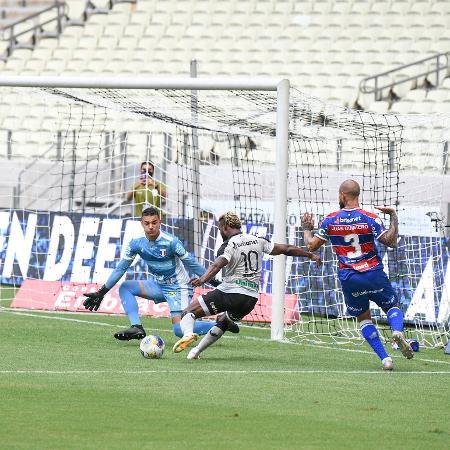 Felipe Alves, goleiro do Fortaleza, defende finalização de Stiven Mendoza - Kely Pereira/AGIF