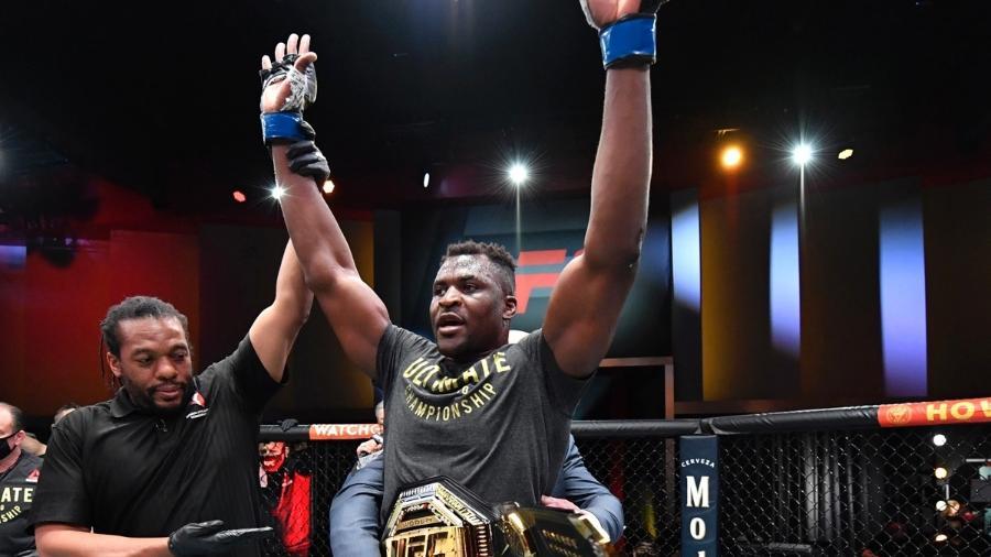 Ngannou comemora nocaute em Miocic no UFC 260, quando se tornou o novo campeão dos pesados - UFC/ Divulgação