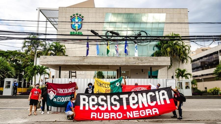 Grupo de torcedores protesta contra a realização da Copa América em frente à sede da CBF, no Rio de Janeiro - Divulgação/Torcedores Pela Democracia
