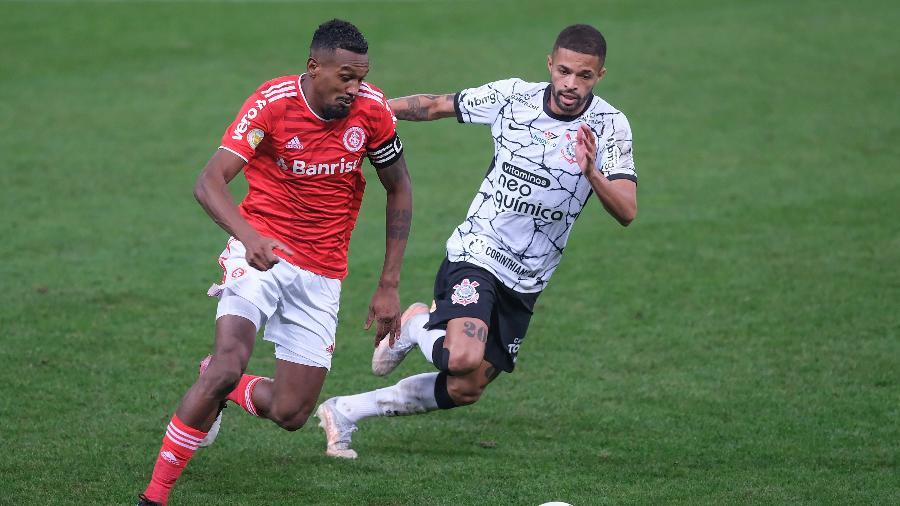 Edenílson e Vitinho, durante a partida entre Corinthians e Inter - Marcello Zambrana/AGIF