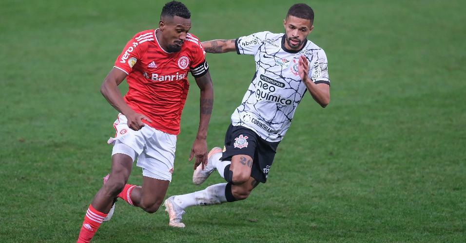 Edenílson e Vitinho, durante a partida entre Corinthians e Inter