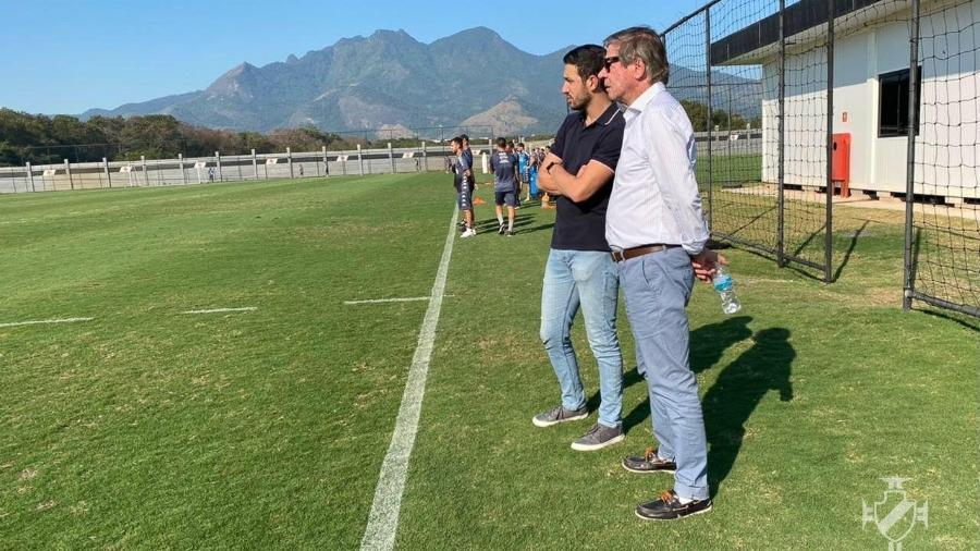 Diretor executivo de Futebol do Vasco, Alexandre Pássaro (de escuro), e presidente Jorge Salgado acompanham treino - Divulgação / Vasco da Gama