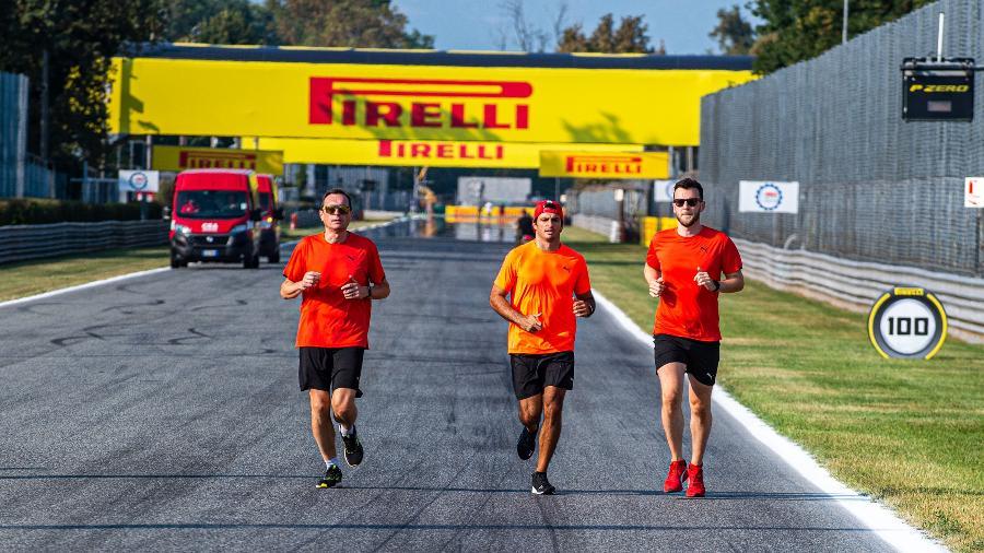 Carlos Sainz corre pela pista de Monza com outros integrantes da Ferrari na véspera do início das atividades para o GP da Itália - Ferrari