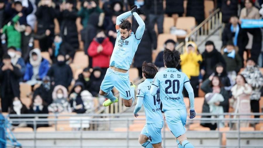 Cesinha, do Daegu FC, costuma comemorar os gols como Cristiano Ronaldo - Divulgação Daegu FC