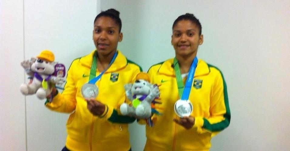 Luana e Lohaynny Vicente, as 'irmãs Williams' do Brasil, com medalha de prata no peito. Elas são as primeiras brasileiras a subirem ao pódio do Pan na modalidade.