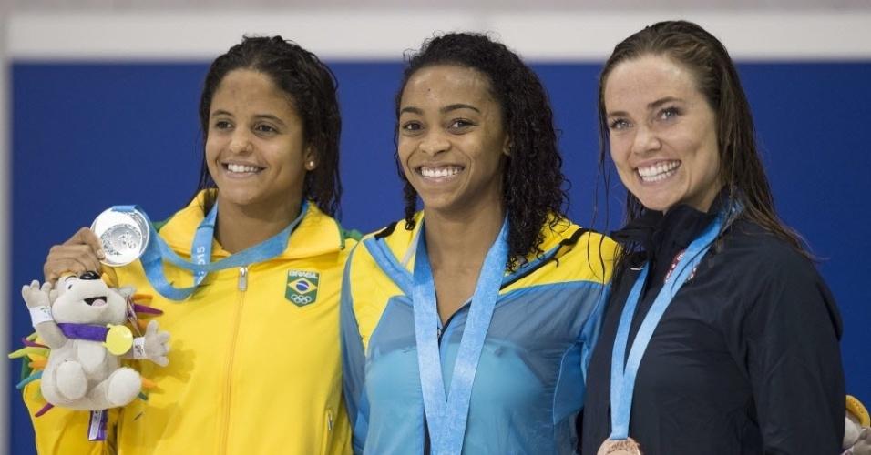 Etiene Medeiros no pódio com a medalha de prata nos 50m livre da natação
