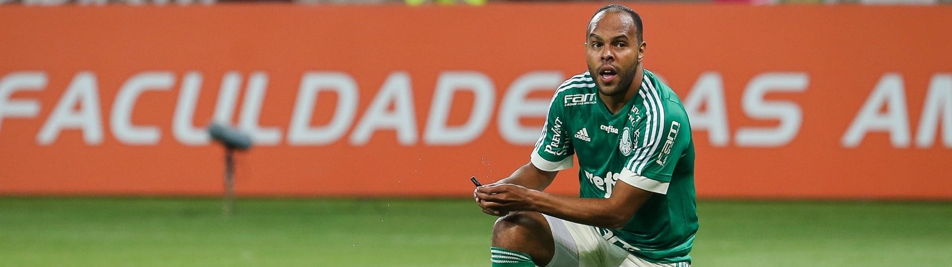 Alecsandro fica ajoelhado após desperdiçar lance para o Palmeiras contra a Ponte Preta pelo Campeonato Brasileiro