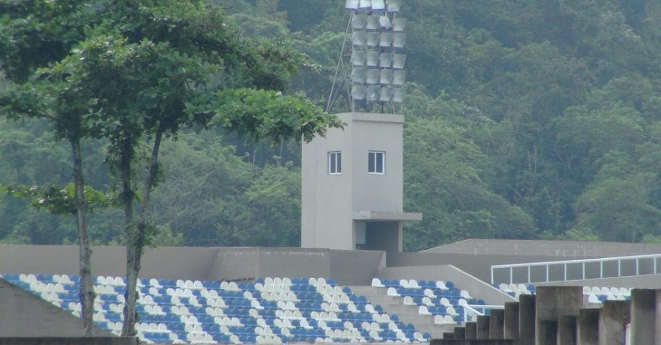Os assentos de arquibancada, que custaram mais caro que os assentos do Estádio Nacional Mané Garrincha (DF), são uns dos poucos esquipamentos que já foram instalados