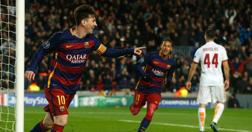 Observado por Neymar, Messi aponta para Suárez em comemoração de golaço marcado pelo Barcelona