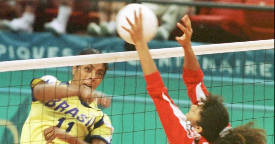 Márcia Fu tenta superar o bloqueio da adversária na partida entre Brasil e Peru, válida pelos Jogos Olímpicos de Atlanta