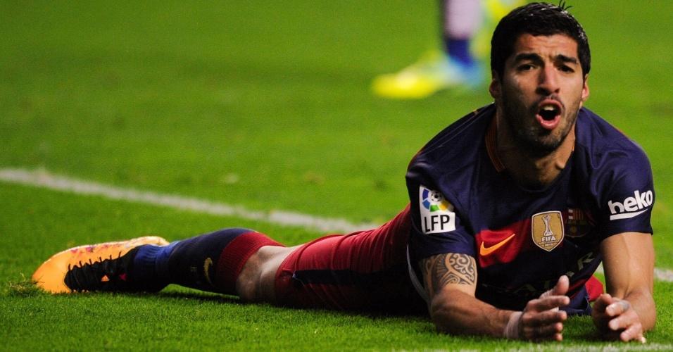Luis Suárez fica caído reclamando no gramado após jogada do Barcelona